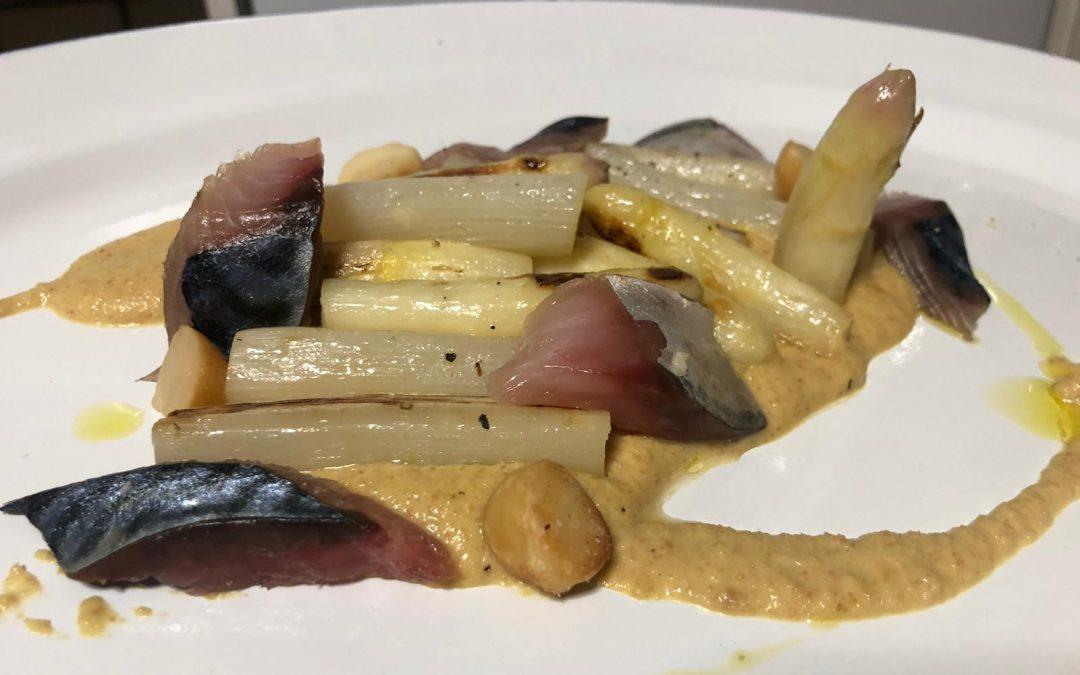 Espárragos brancos, xarda en salgadura e froitos secos, por Diego do «Restaurante La Molinera»